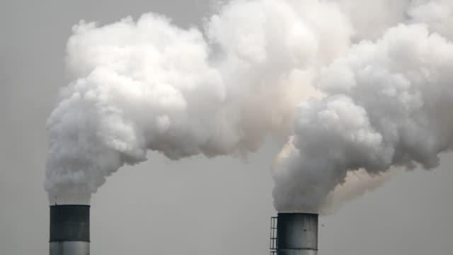 stockvideo's en b-roll-footage met fabriek schoorsteen pijp met rook - schoorsteen