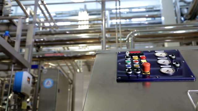 factory utrustning styrenheter - värmepump bildbanksvideor och videomaterial från bakom kulisserna