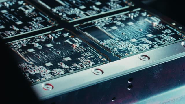 仕事で工場の機械: 自動ロボット アーム、表面で組み立てた基板搭載マザーボードにマイクロ チップを接続する技術。時間経過のマクロ接写映像。 - 半導体点の映像素材/bロール
