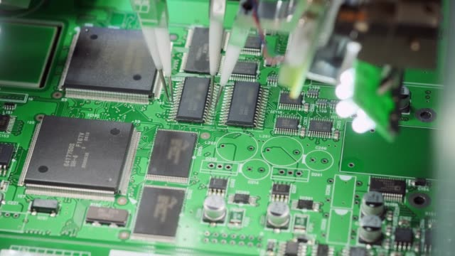 工場出荷時の機械:自動ロボットアームで組み立てられるプリント回路基板、マイクロチップをマザーボードに接続する表面実装技術。マクロクローズアップ映像。 - 半導体点の映像素材/bロール
