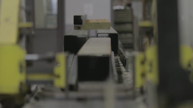 factory machine for steel cutting - lega metallica video stock e b–roll