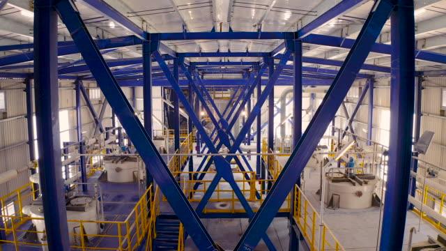 factory pipeline - luftaufnahme - halle gebäude stock-videos und b-roll-filmmaterial