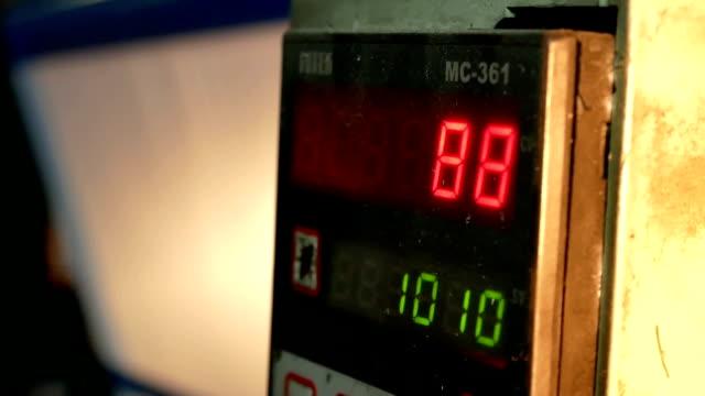 tillverkningskontrollen - barometer bildbanksvideor och videomaterial från bakom kulisserna