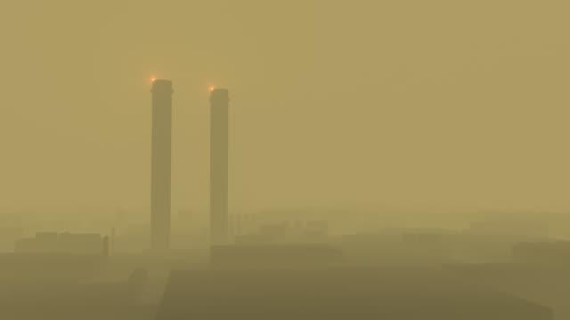 factory tubes working - уголь стоковые видео и кадры b-roll