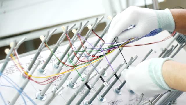 werksarbeiterhände verbinden elektrische drähte - kurzwaren stock-videos und b-roll-filmmaterial