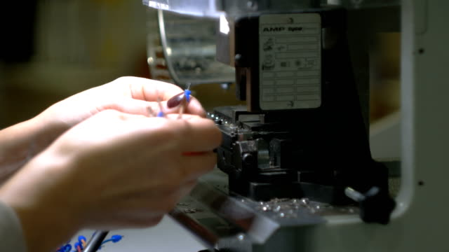 werksarbeiter hände arbeiten an der maschine und verbinden elektrische drähte - kurzwaren stock-videos und b-roll-filmmaterial