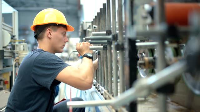 vídeos y material grabado en eventos de stock de trabajador de la fábrica. - reparador