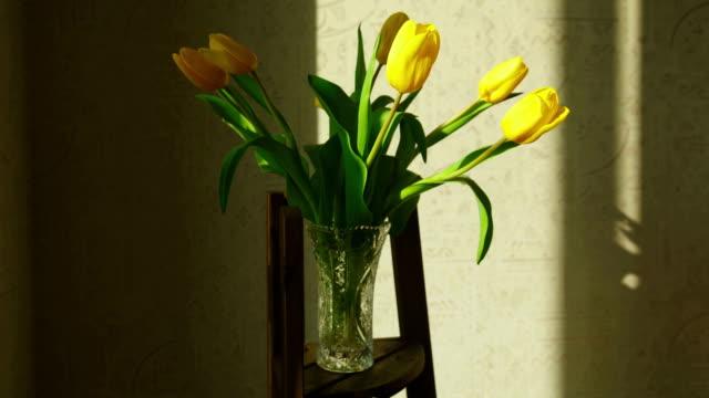tulipano giallo sbiadito gustative sollevato - bouquet video stock e b–roll