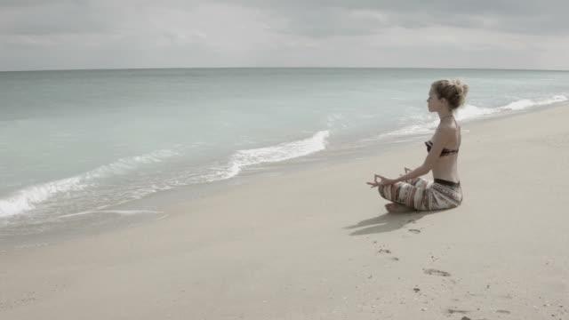 Fail yoga on the sea beach video