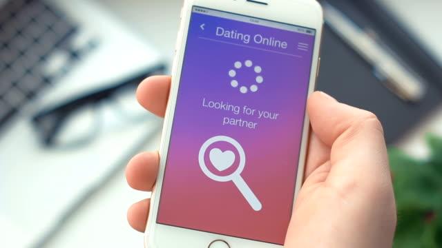 stockvideo's en b-roll-footage met kan niet zoeken naar partner op dating app op de smartphone - daten