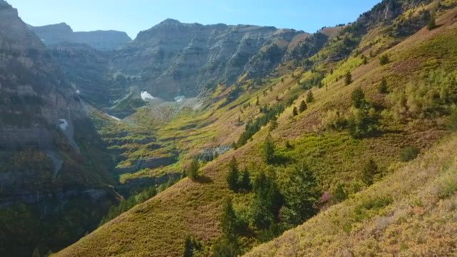 herbst farbe utah mountains mount timpanogos herbst natur tress ändern jahreszeiten - utah stock-videos und b-roll-filmmaterial