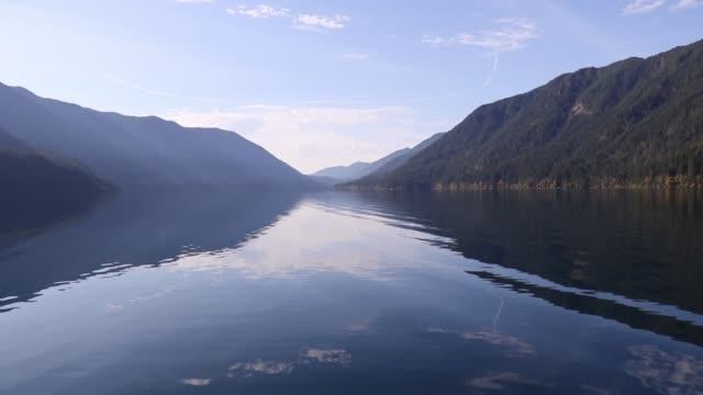 vídeos de stock e filmes b-roll de fall colors on the peaceful, reflective lake crescent, olympic national park, washington state - margem do lago