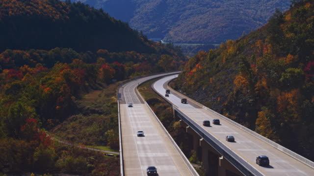 cadete in montagna. volo sul ponte alto al pennsylvania turnpike. video aereo con il movimento della telecamera in avanti - monti appalachi video stock e b–roll