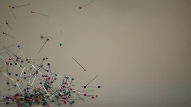 vidéos et rushes de chute de couture de pins - épingle