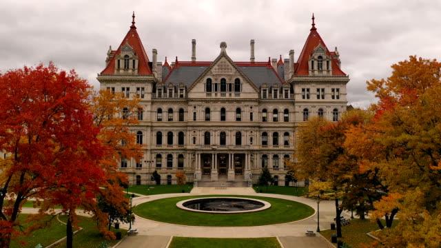 güz sezon new york statehouse capitol binası albany - cumhuriyet günü stok videoları ve detay görüntü çekimi