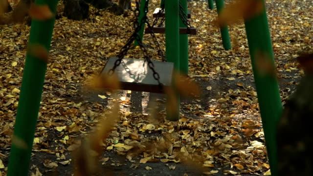 vidéos et rushes de feuilles tombées et oscillation en automne - balançoire