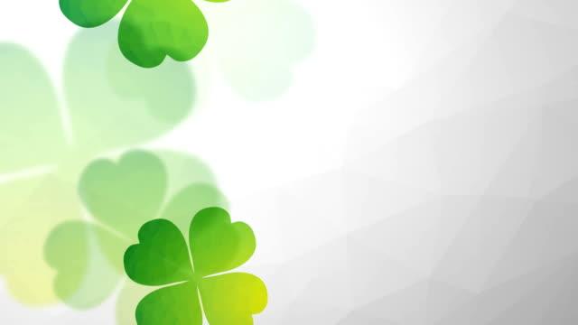 vídeos de stock, filmes e b-roll de verde caindo e girando clovers de quatro folhas - boa sorte