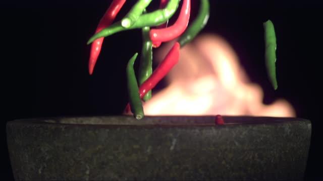 fallende chili im mörser - chilli stock-videos und b-roll-filmmaterial