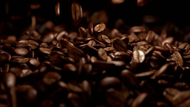 fallende kaffeebohnen in 4 k-slow-motion 1000fps - rohe kaffeebohne stock-videos und b-roll-filmmaterial