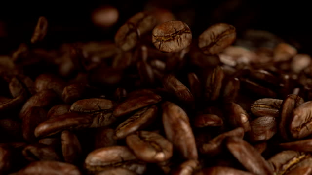 kaffeebohnen fallen kaffee - rohe kaffeebohne stock-videos und b-roll-filmmaterial