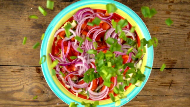 grüne zwiebel in schüssel mit salat, slow-motion schnitt fallen - salat speisen stock-videos und b-roll-filmmaterial