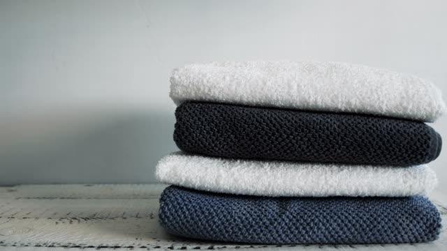 vídeos de stock e filmes b-roll de falling down stack of towels - suavidade