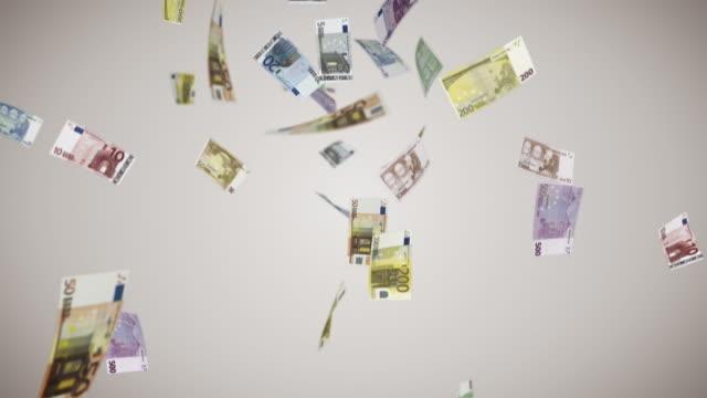 sinkende euro-banknoten - euros cash stock-videos und b-roll-filmmaterial