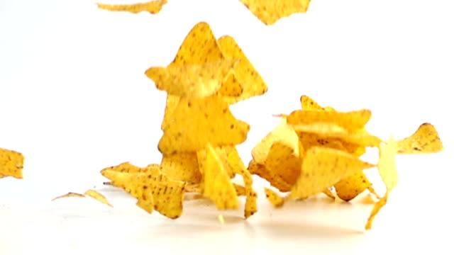 fallande nachos i slow motion. - chips bildbanksvideor och videomaterial från bakom kulisserna