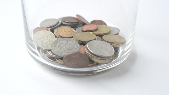 fallande mynt i bank. - pound sterling isolated bildbanksvideor och videomaterial från bakom kulisserna