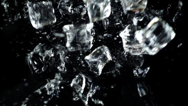 buz küpleri siyah bir arka plan üzerine düşüyor. ağır çekim. - küp buz stok videoları ve detay görüntü çekimi