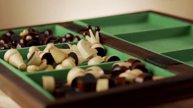 fallende alte holzschachfiguren auf einem schachbrett - könig schachfigur stock-videos und b-roll-filmmaterial