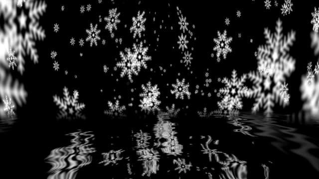 vídeos y material grabado en eventos de stock de caen copos de nieve que se reflejan en el agua - sparks