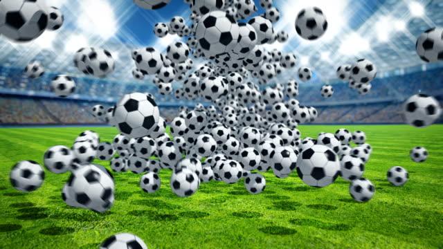 vídeos de stock, filmes e b-roll de caindo bolas de futebol - futebol internacional