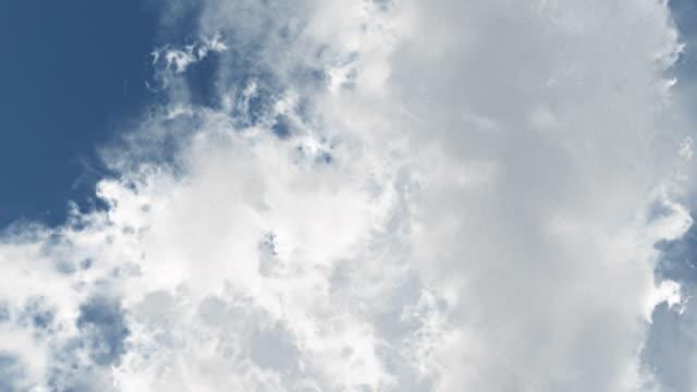 падающие через облака-смотреть вверх - скайдайвинг стоковые видео и кадры b-roll