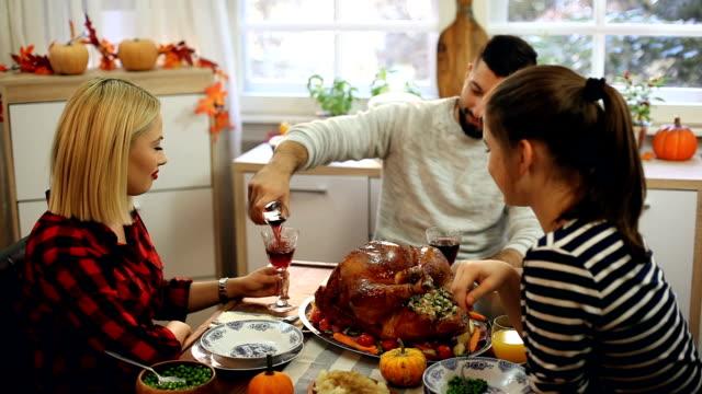 families have a traditional holiday dinner - indyk pieczony filmów i materiałów b-roll