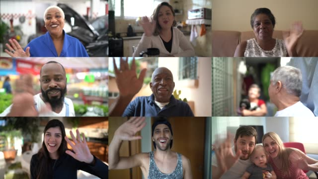 famiglia e amici momenti felici in videoconferenza a casa - messaggistica online video stock e b–roll