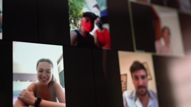 stockvideo's en b-roll-footage met familie en vrienden gelukkige momenten in videoconferentie thuis - corona scherm