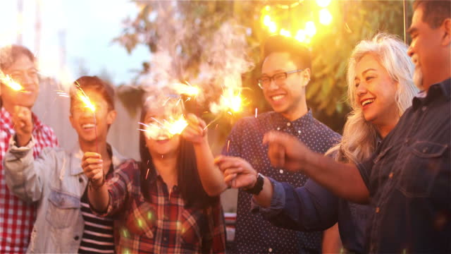 vídeos de stock e filmes b-roll de family and friends with sparklers - etnia filipina