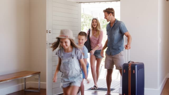 family arriving at summer vacation rental - vacanze video stock e b–roll