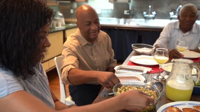 stockvideo's en b-roll-footage met familie diner / lunch tijd - omgeving