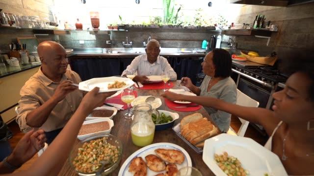 夕食の家族/ランチタイム - 髪型点の映像素材/bロール