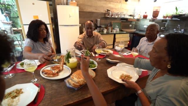 vídeos de stock, filmes e b-roll de família no jantar / almoço tempo - etnia
