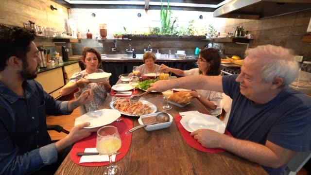 stockvideo's en b-roll-footage met familie diner / lunch tijd - breakfast table