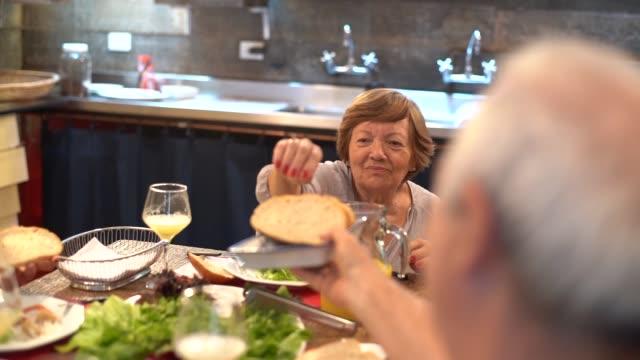 夕食の家族/ランチタイム - 豊富点の映像素材/bロール