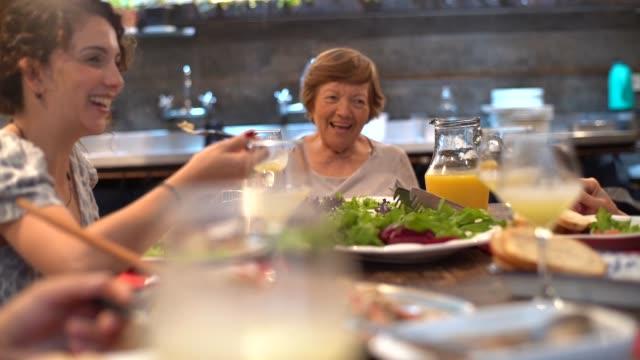 夕食の家族/ランチタイム - 食事する点の映像素材/bロール