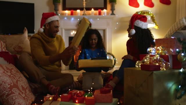 familj hemma vid jultid - christmas gift family bildbanksvideor och videomaterial från bakom kulisserna