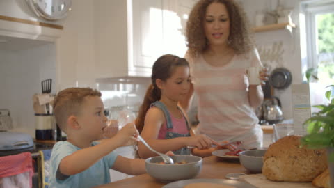 vídeos y material grabado en eventos de stock de familia en casa desayunando en la cocina juntos - desayuno