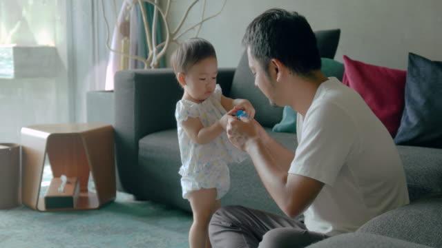 stockvideo's en b-roll-footage met familie thuis - kindertijd