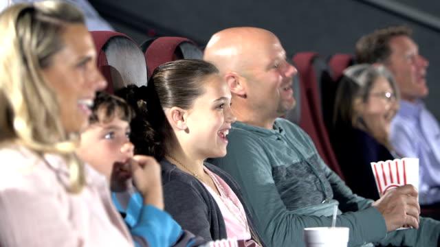 family at movie theater, eating popcorn, drinking soda - 40 49 lat filmów i materiałów b-roll