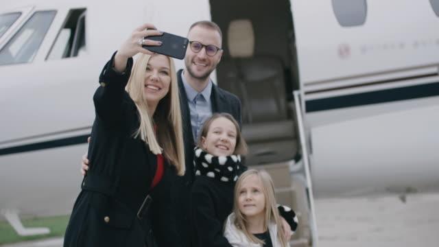 vídeos y material grabado en eventos de stock de familia en el aeropuerto - viaje en primera clase